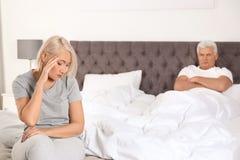Mujer mayor que tiene conflicto con su marido en dormitorio imagen de archivo libre de regalías