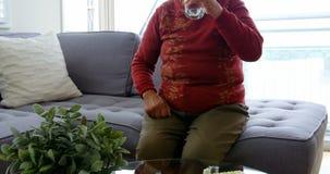 Mujer mayor que tiene medicina almacen de metraje de vídeo