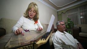 Mujer mayor que toca el instrumento del qanun almacen de video