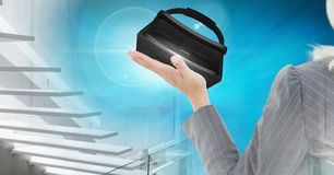 Mujer mayor que toca y que obra recíprocamente con las auriculares de la realidad virtual con efecto de la transición Foto de archivo