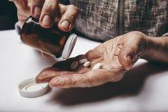 Mujer mayor que toma la medicina Fotografía de archivo libre de regalías