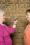 Mujer mayor que toma una fotografía Imagenes de archivo