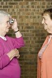 Mujer mayor que toma una fotografía Fotos de archivo libres de regalías