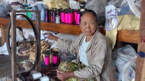 Mujer mayor que trabaja en la fábrica en el embutido, Myanmar almacen de video