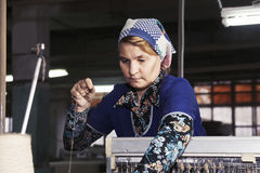 Mujer mayor que trabaja en la máquina Imagen de archivo libre de regalías