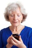 Mujer mayor que usa Internet fotografía de archivo libre de regalías