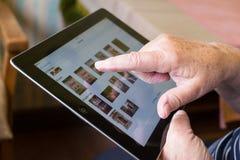 Mujer mayor que usa la tableta Imagen de archivo libre de regalías
