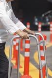 Mujer mayor que usa una calle de la cruz del caminante Fotografía de archivo