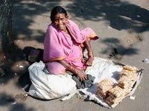Mujer mayor que vende el anacardo Foto de archivo libre de regalías