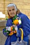 Mujer mayor que vende las flores Imagen de archivo