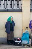 Mujer mayor que vende mercancías Imagen de archivo libre de regalías