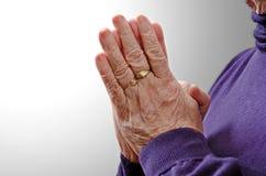 Mujer mayor religiosa cristiana que ruega Imágenes de archivo libres de regalías