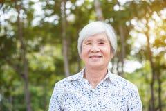 Mujer mayor sana que sonríe en parque Imagenes de archivo