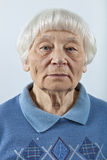 Mujer mayor seria Imagen de archivo
