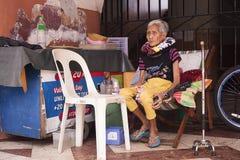 Mujer mayor sin hogar solamente en la calle fotos de archivo libres de regalías