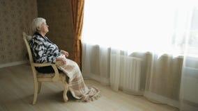 Mujer mayor sola almacen de metraje de vídeo
