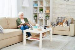 Mujer mayor solamente en casa fotografía de archivo libre de regalías