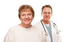 Mujer mayor sonriente con el doctor Behind fotografía de archivo