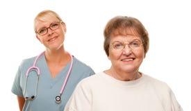 Mujer mayor sonriente con el doctor Behind foto de archivo libre de regalías