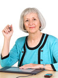 Mujer mayor sonriente con la tablilla de gráficos foto de archivo