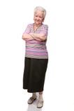 Mujer mayor sonriente con las manos cruzadas foto de archivo