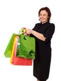 Mujer mayor sonriente conseguida presentes imagen de archivo libre de regalías