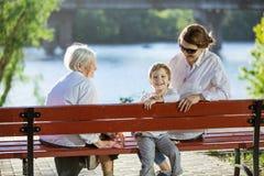 Mujer mayor, su nieta adulta y grande - nieto en parque Foto de archivo libre de regalías