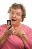 Mujer mayor Texting en el teléfono celular Imagen de archivo libre de regalías