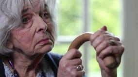 Mujer mayor triste con el bastón metrajes