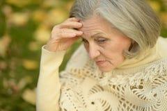 Mujer mayor triste en parque Foto de archivo libre de regalías