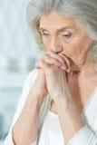 Mujer mayor triste hermosa Fotos de archivo