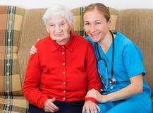 Mujer mayor y doctor joven Fotografía de archivo