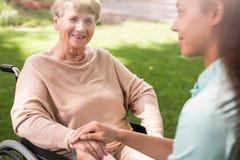 Mujer mayor y enfermera que cuida Fotos de archivo libres de regalías