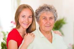 Mujer mayor y su hija Imágenes de archivo libres de regalías
