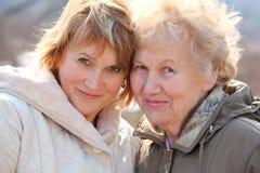 Mujer mayor y su hija Foto de archivo libre de regalías