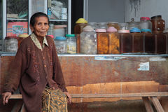 Mujer mayor y su tienda en Bali Fotos de archivo