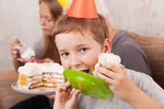 Mujer mayor y sus nietos con la torta de cumpleaños Fotografía de archivo libre de regalías