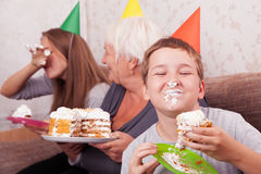 Mujer mayor y sus nietos con la torta de cumpleaños Fotografía de archivo