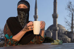Mujer medio-oriental en la terraza del café Imagenes de archivo