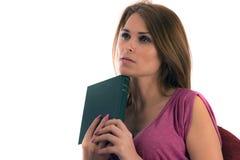 Mujer meditating con un libro a disposición Imagen de archivo libre de regalías