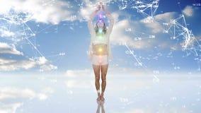 Mujer meditating en el cielo almacen de metraje de vídeo