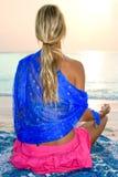 Mujer meditating en la playa tropical Imagenes de archivo