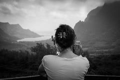 Mujer meditativo que mira fijamente en la distancia imagen de archivo