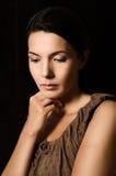 Mujer melancólica con una expresión seria Imagen de archivo libre de regalías