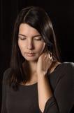 Mujer melancólica con una expresión seria Imágenes de archivo libres de regalías