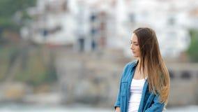Mujer melancólica que mira lejos al aire libre almacen de video