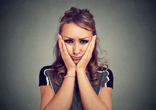 Mujer melancólica triste que siente infeliz Foto de archivo