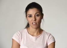 Mujer mexicana arrogante y cambiante hermosa que muestra la sensación y el desprecio negativos expresión facial foto de archivo libre de regalías