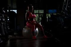 Mujer mexicana atractiva que descansa en el gimnasio Imagen de archivo libre de regalías