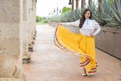 Mujer mexicana con los elementos culturales Imagenes de archivo
